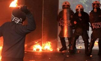 Επί δύο ώρες μετά τα μεσάνυχτα έπεφταν βόμβες μολότοφ στην Πατησίων