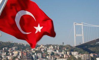Ο Οίκος Fitch προειδοποιεί την Τουρκία: Ή σταματάτε την πτώση της λίρας ή επιδεινώνεται η κατάστασή σας