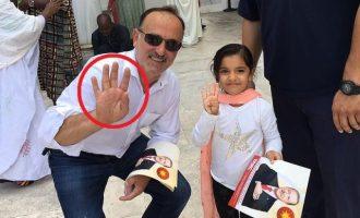 Οπαδοί του Ερντογάν στη Νέα Υόρκη κάνουν τον χαιρετισμό της Μουσουλμανικής Αδελφότητας