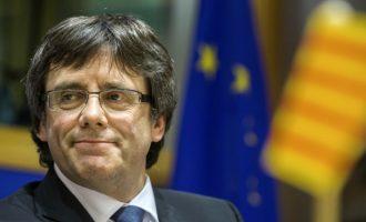 Το καταλανικό κοινοβούλιο στηρίζει το δικαίωμα του Πουτζδεμόν να αναλάβει την ηγεσία της Καταλονίας