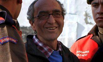 """""""Όχι"""" Ραχόι σε Ερντογάν για την έκδοση του Τουρκογερμανού συγγραφέα Ντογάν Ακανλί"""
