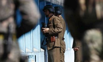 """Βορειοκορεάτης στρατιώτης λιποτάκτησε στη Νότια Κορέα -Τον """"γάζωσαν"""" με 40 σφαίρες"""