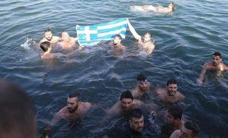 Ο Εθνικός Ύμνος αντήχησε στην Κωνσταντινούπολη – Με την ελληνική σημαία στον Βόσπορο για τον σταυρό (βίντεο)