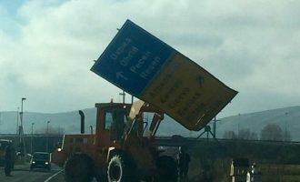 Στα Σκόπια ξηλώνουν τις πινακίδες από τους δρόμους – Θα τις αντικαταστήσουν με δίγλωσσες και στα αλβανικά;