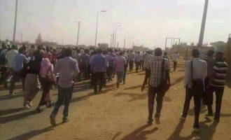 """Συνελήφθησαν ξένοι δημοσιογράφοι που κάλυπταν τις """"διαδηλώσεις του ψωμιού"""" στο Σουδάν"""