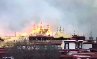 Στις φλόγες τυλίχτηκε ο ναός Jokhang στο Θιβέτ – Από τους ιερότερους χώρους του Βουδισμού (βίντεο)