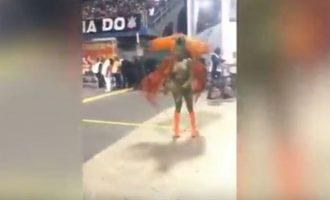 Βραζιλιάνα έχασε το στρινγκ της και συνέχισε να χορεύει στο καρναβάλι του Ρίο (βίντεο)