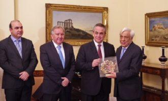 Ο Προκόπης Παυλόπουλος εκθειάζει τον ρόλο των Επιμελητηρίων