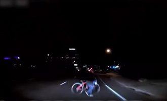 """Βίντεο-σοκ: Tο ταξί στην Αριζόνα που οδηγούσε μόνο του δεν """"είδε"""" καθόλου την άτυχη γυναίκα (βίντεο)"""