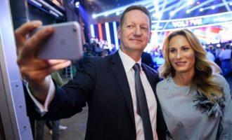 """Σλοβένος πολιτικός """"στριμώχθηκε"""" από δημοσιογράφο και άρχισε να μιλά για το… στήθος της"""