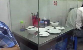 """Γιατί έχει μετατραπεί σε… """"ατραξιόν"""" στο Βιετνάμ ένα τραπέζι εστιατορίου (φωτο)"""