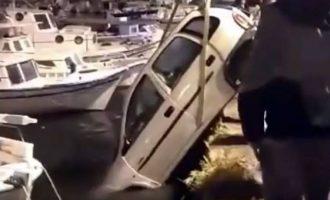 """Οδηγός πήγε για τσιγάρα και το αυτοκίνητό του """"βούτηξε"""" στο λιμάνι (φωτο+βίντεο)"""