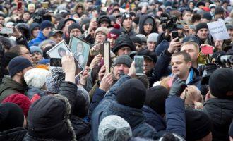 2.000 Ρώσοι διαδήλωσαν κατά Πούτιν για τη πυρκαγιά με τους 64 νεκρούς στο Κεμέροβο
