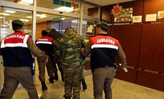 """""""Καθαρά"""" τα κινητά των δύο Ελλήνων στρατιωτικών – Τι λένε οι γονείς του λοχία"""