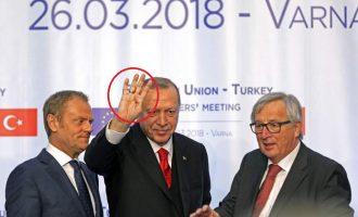 Ο Ερντογάν έκανε τον χαιρετισμό της Μουσουλμανικής Αδελφότητας ανάμεσα σε Γιούνκερ και Τουσκ