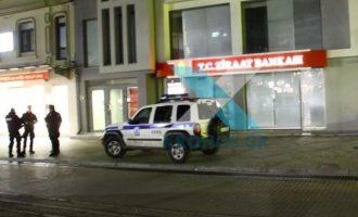 Αναρχικοί επιτέθηκαν με πέτρες στην τουρκική τράπεζα Ziraat στην Κομοτηνή