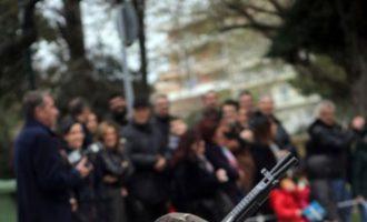 Πιτσιρικάς έκανε παρέλαση με στρατιωτικά και ψεύτικο όπλο στην Αλεξανδρούπολη (βίντεο)