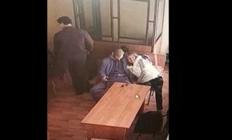 Aπίστευτο: Tου έκανε στοματικό μέσα στο δικαστήριο (βίντεο)