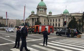 Άνδρας απειλεί να ανατιναχτεί έξω από το Κοινοβούλιο της Σερβίας (βίντεο)