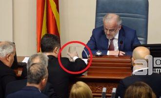 Τραμπουκισμοί στη σκοπιανή Βουλή: Ο Γκρουέφσκι μπουγέλωσε τον Πρόεδρο Ταλάτ Τζαφέρι (βίντεο)