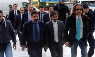 Ελεύθεροι μένουν οι οκτώ Τούρκοι αξιωματικοί μέχρι τα τέλη Απριλίου