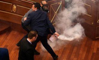Βουλευτές έριξαν δακρυγόνα μέσα στο κοινοβούλιο του Κοσόβου (βίντεο)