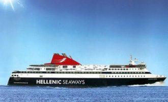 """""""Εγκλωβισμένο"""" το """"Νήσος Χίος"""" με 460 επιβάτες στο λιμάνι της Σάμου"""