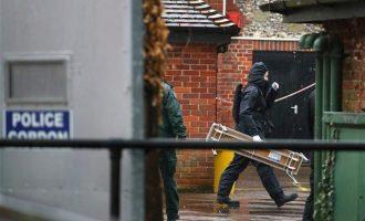 Βρετανοί αστυνομικοί με προστατευτικές στολές στην παμπ που είχε πάει ο Σκριπάλ