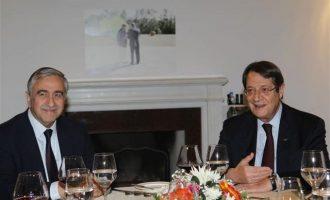 """Αναστασιάδης και Ακιντζί ετοιμάζονται για δείπνο """"κρας τεστ"""""""