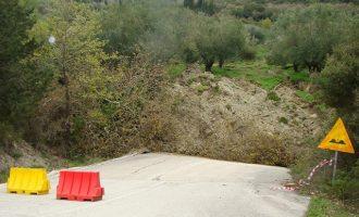 """Απίστευτη κατολίσθηση στην Πρέβεζα: Διακόσια στρέμματα βουνού """"έθαψαν"""" δρόμο"""