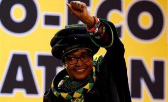 Πέθανε η πρώην σύζυγος του ιστορικού ηγέτη της Ν. Αφρικής Νέλσον Μαντέλα