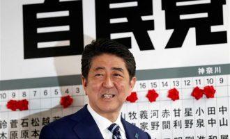 """Γιατί """"τρίζει η καρέκλα"""" του Άμπε στην Ιαπωνία – Τι έδειξαν δημοσκοπήσεις"""