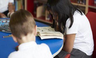 Σοκ στη Βρετανία: Mαθητές ζουν από τα συσσίτια