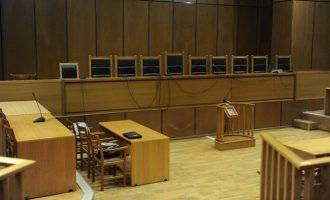 Μάρτυρας απείλησε με όπλο μηνυτή μέσα στο δικαστήριο