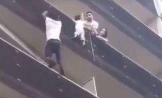 Ηρωισμός: Σκαρφάλωσε 4 ορόφους για να σώσει παιδί που κρεμόταν στο κενό (βίντεο)