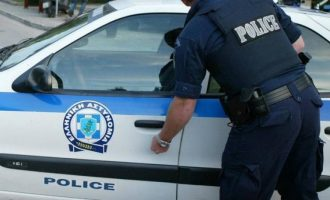 Τουρίστρια προσπάθησε να πνίξει αστυνομικό με τη… ζώνη ασφαλείας του περιπολικού