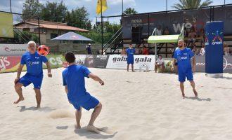 Νικοπολίδης και Παπαδόπουλος παίζουν footvolley στον Σχοινιά  (βίντεο)