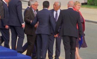 Πιωμένος πάλι ο Γιούνκερ; Δεν μπορούσε να σταθεί όρθιος στη σύνοδο του ΝΑΤΟ (βίντεο)