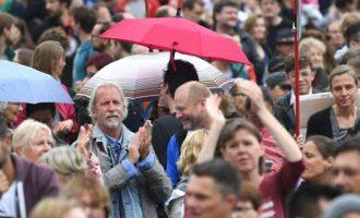 Μόναχο: Μεγάλο συλλαλητήριο κατά της πολιτικής Ζεεχόφερ εναντίον των προσφύγων