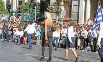 """Η ξανθιά εκρηκτική δασκάλα που """"έκλεψε"""" την παρέλαση της 28ης Οκτωβρίου! [εικόνες+βίντεο]"""