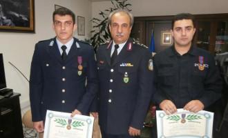 """Έσωσαν τρεις ζωές από πνιγμό – παρασημοφορήθηκαν με τον """"Αστυνομικό Σταυρό"""""""
