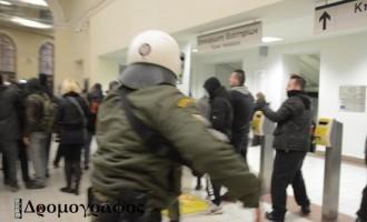 Δείτε φωτογραφίες από τις συγκρούσεις και τις προσαγωγές στο Μοναστηράκι