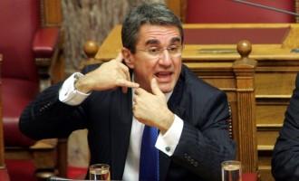 Τα γυρίζει (ξανά) ο Λοβέρδος: Δεν θα ψηφίσει τις ρυθμίσεις για γάλα και φάρμακα