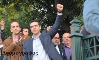 Κατέβηκε στο λαό έξω από τη Βουλή ο Αλέξης Τσίπρας
