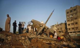 Σκηνικό χάους στη Γάζα: Άμαχοι και μικρά παιδιά μεταξύ των δεκάδων νεκρών