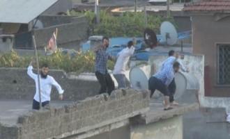Τούρκοι τζιχαντιστές πετροβολούν και πυροβολούν Κούρδους διαδηλωτές