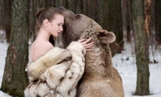 Ημίγυμνες αγκαλιάζουν μια αληθινή αρκούδα 635 κιλών (φωτογραφίες)