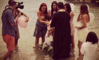 Η Σίσσυ Χρηστίδου έγινε νονά σε βάφτιση στη θάλασσα