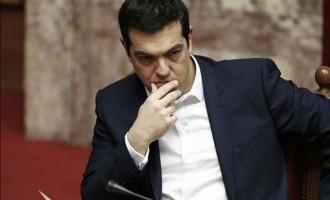 Guardian: Η Ελλάδα είναι σαν τον Σίσυφο – Μια τραγωδία που μετατρέπεται σε φάρσα