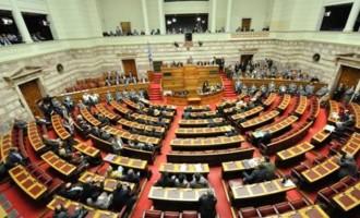 Οι διάλογοι στη Βουλή για τον ξυλοδαρμό Κουμουτσάκου από Χρυσαυγίτες